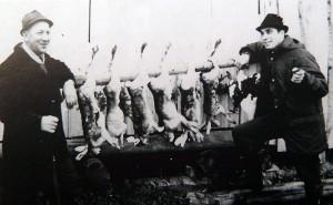Mauno Koivupalo (vas.) vuonna 1967 Kaarlo Parpalan kanssa onnistuneen jänisjahdin jälkeen.