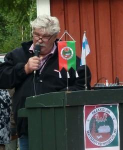 Metsästysyhdistyksen puheenjohtaja Raimo Kostamovaara toivotti juhlaväen tervetulleeksi ja toimi juhlatilaisuuden seremonimestarina.