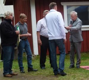 Marko Pursiainen vastaanotti hopeisen ansiomerkin tunnustuksena ansiokkaasta työstä metsästys-yhdistyksen hyväksi.